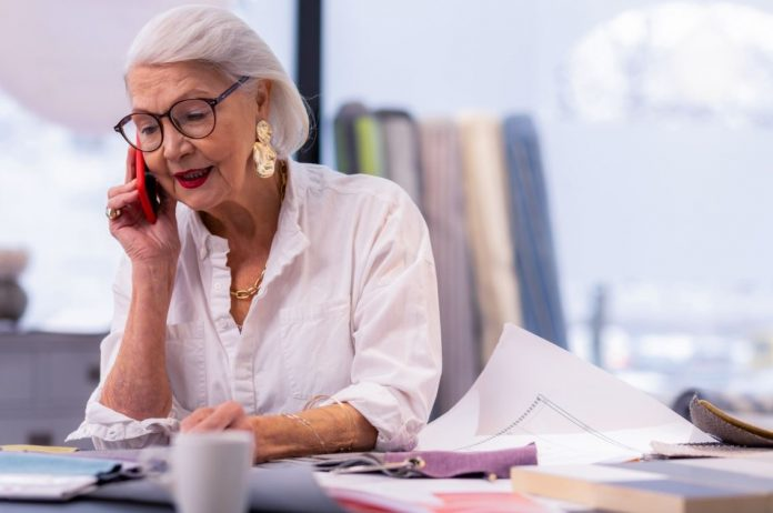 Femme senior au travail